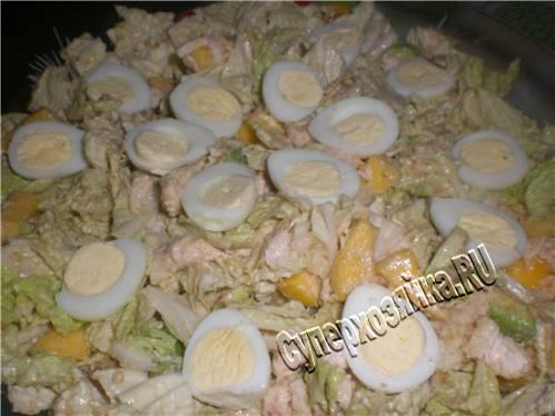 Салат с курицей. Салат с креветками. Рецепт салата с курицей, креветками и авокадо под ореховым соусом.