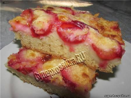 Пирог с ягодами и сметанной заливкой