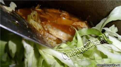 Капуста с мясом в томатном соусе
