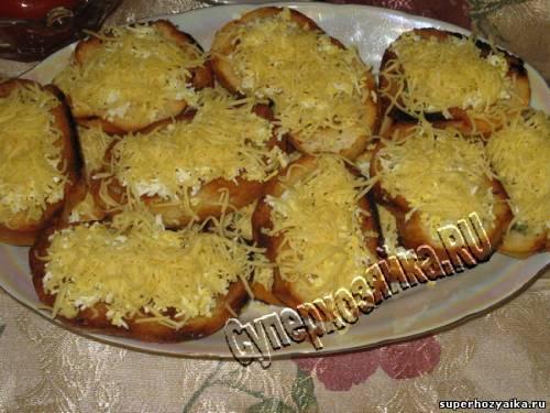 Гренки с чесноком, яйцом и сыром