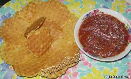 Чипсы и острый соус