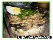 Праздничный салат. Рецепт салата из курицы. Слоеный салат с черносливом и орехами