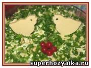 Праздничные салаты, рецепты с фото. Салат слоеный с крабовыми палочками и сыром. Украшение салата фигурками из сыра